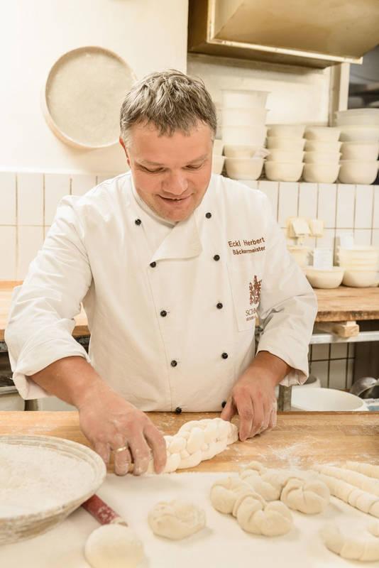 Der Bäckermeister hat die Wachauer Laberl fest im Griff.