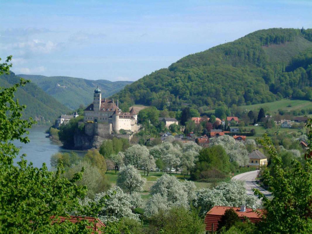 Ein Blick über Schönbühel in Richtung Wachau mit Schloß und Kloster Schönbühel, dahinter Burgruine Aggstein