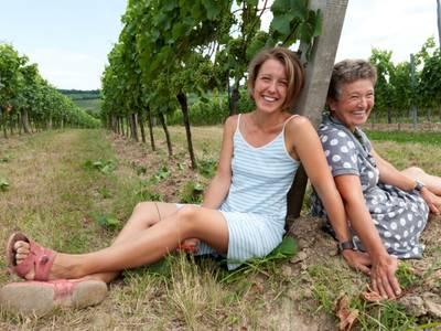 Birgit und Grete im Weingarten