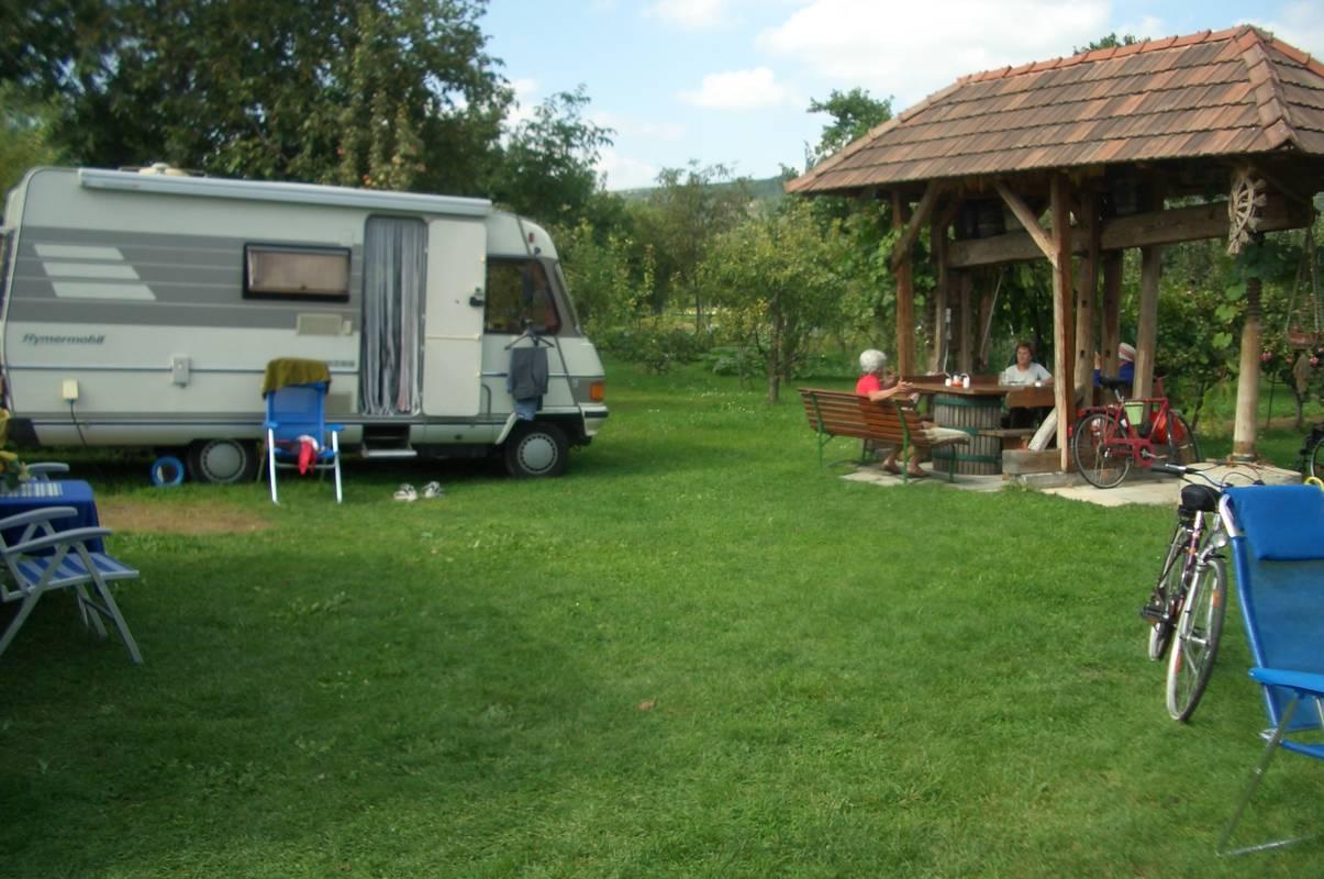 eine alte Weinpresse lädt mit Sitzgelegenheiten im hinteren Teil unseres Campingplatzes zum Verweilen ein