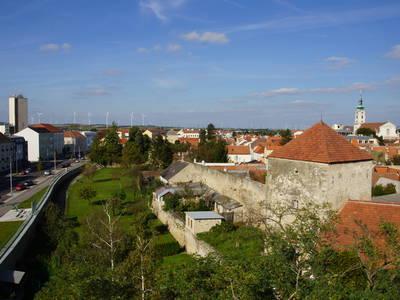 Stadtgraben und Stadtmauer mit Pulverturm und Blick über die Stadt