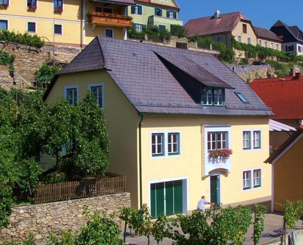 Eingebettet in Obst- und Weingärten befindet sich der Winzerhof Bernhard