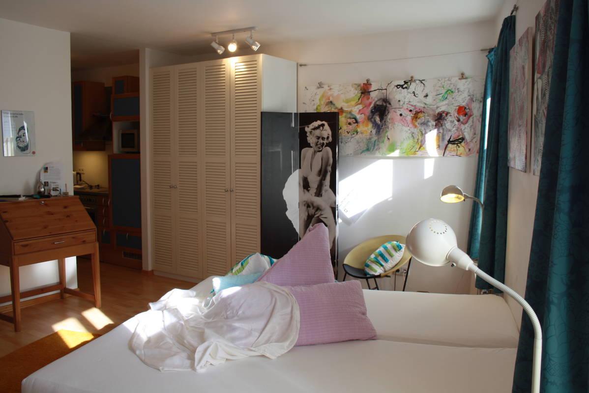 gemütlicher Wohnschlafraum mit separater Küche