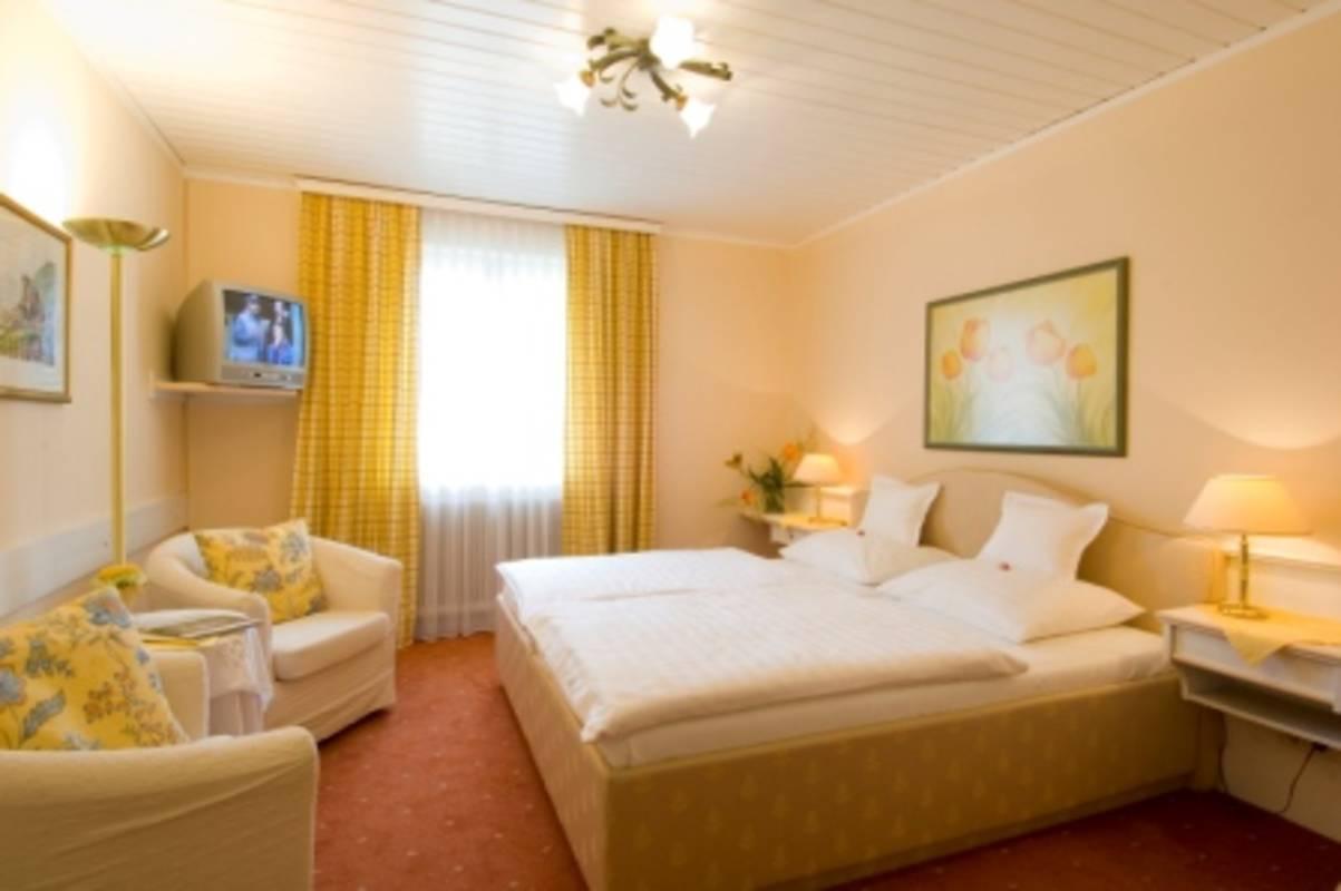 Geschmackvoll eingerichtetes Gästezimmer mit Dusche/WC, Fön, Telefon, Wlan, Sat-TV und Safe. Comfortable double room