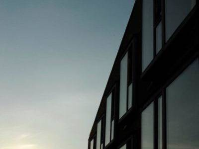 Außenansicht des Hotels bei Sonnenuntergang