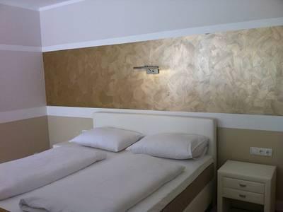 Zimmer mit weißem Boxspringbett