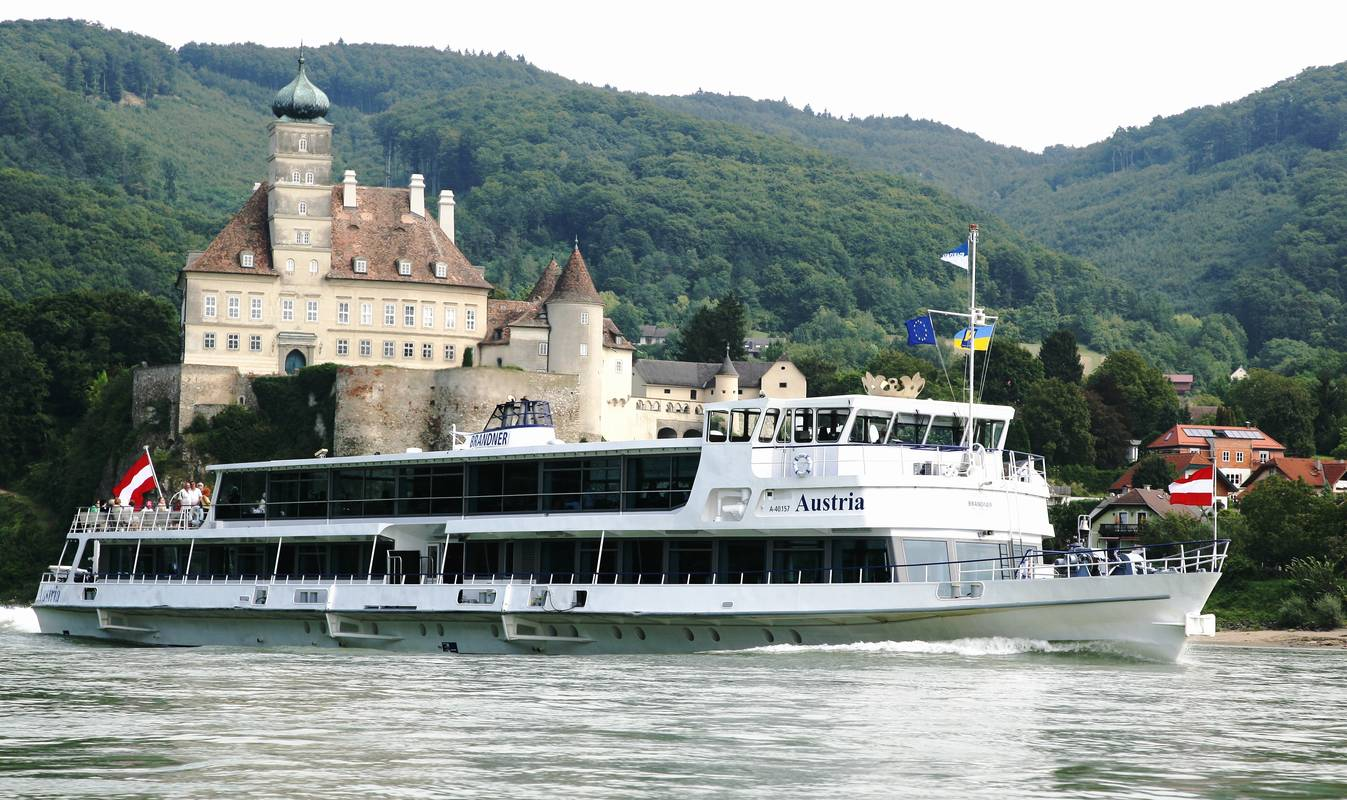 MS Austria vor Schloss Schönbühel