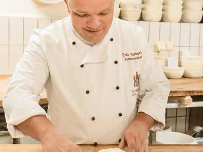 Der Bäckermeister legt Hand an ...