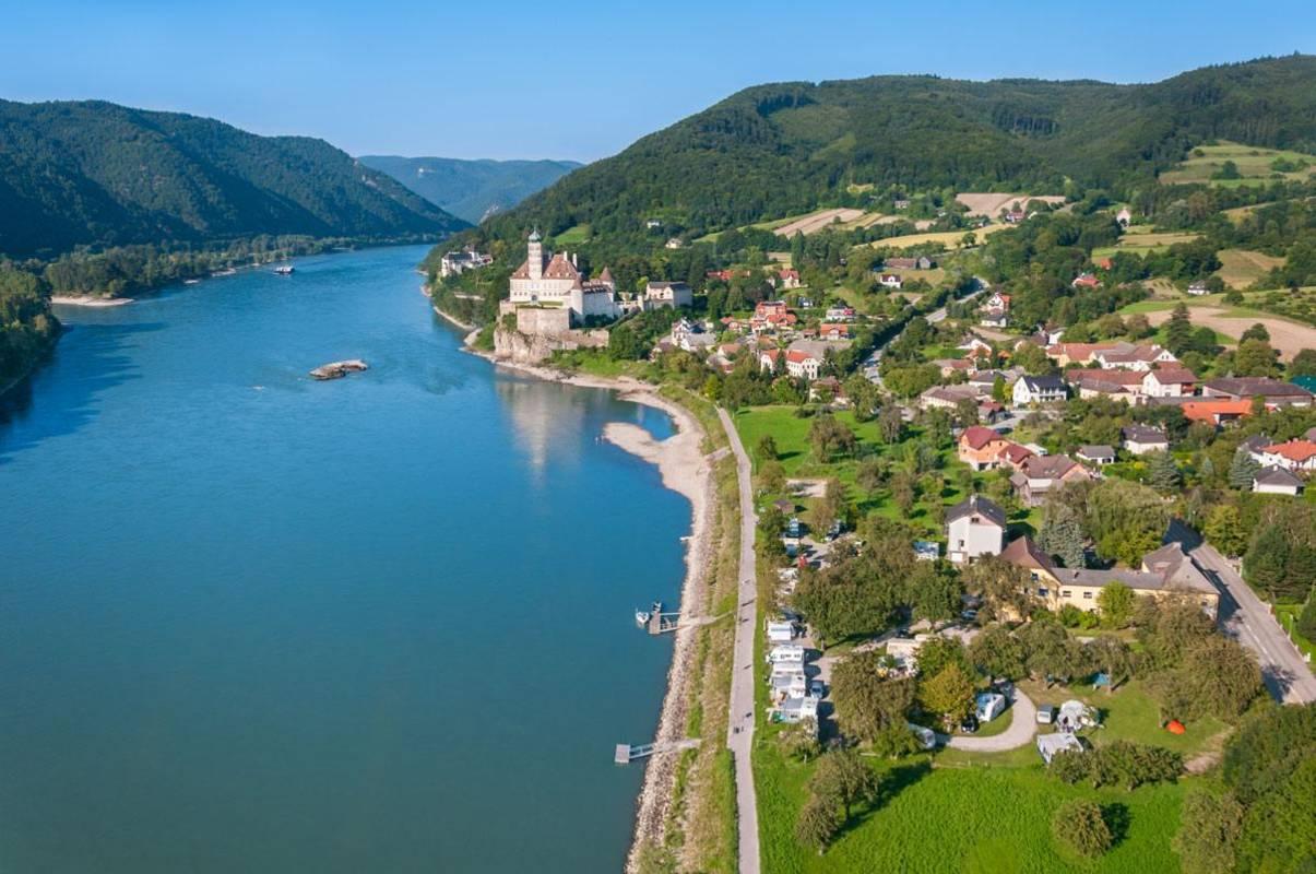 Schöne Panoramaaufnahme mit Blick auf den Gasthof_Camping Stumpfer, Schloss und Kloster Schönbühel und Burg Aggstein.