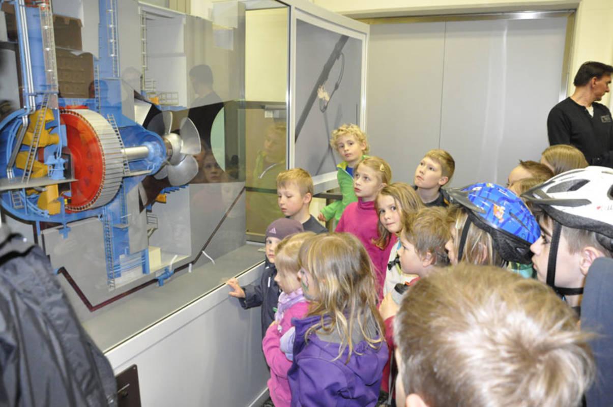 Kinder vor Kaplan Turbinenmodell Donaukraftwerk Greifenstein