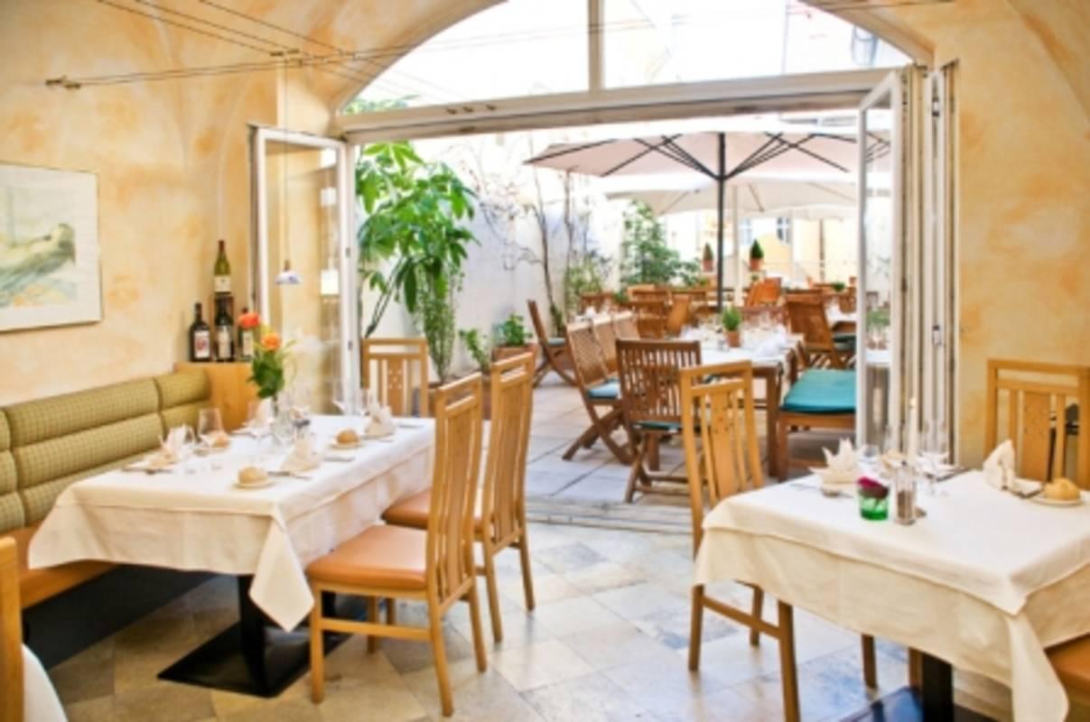 Blick vom Restaurant in den Arkadenhof