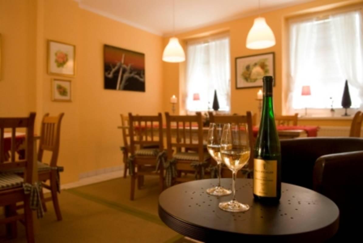 """Weinstube """"Donaustüberl"""": wählen Sie aus einer großen Auswahl köstlicher Wachauer Weine auf Selbstbedienungsbasis wine bar """"Donaustüberl"""""""