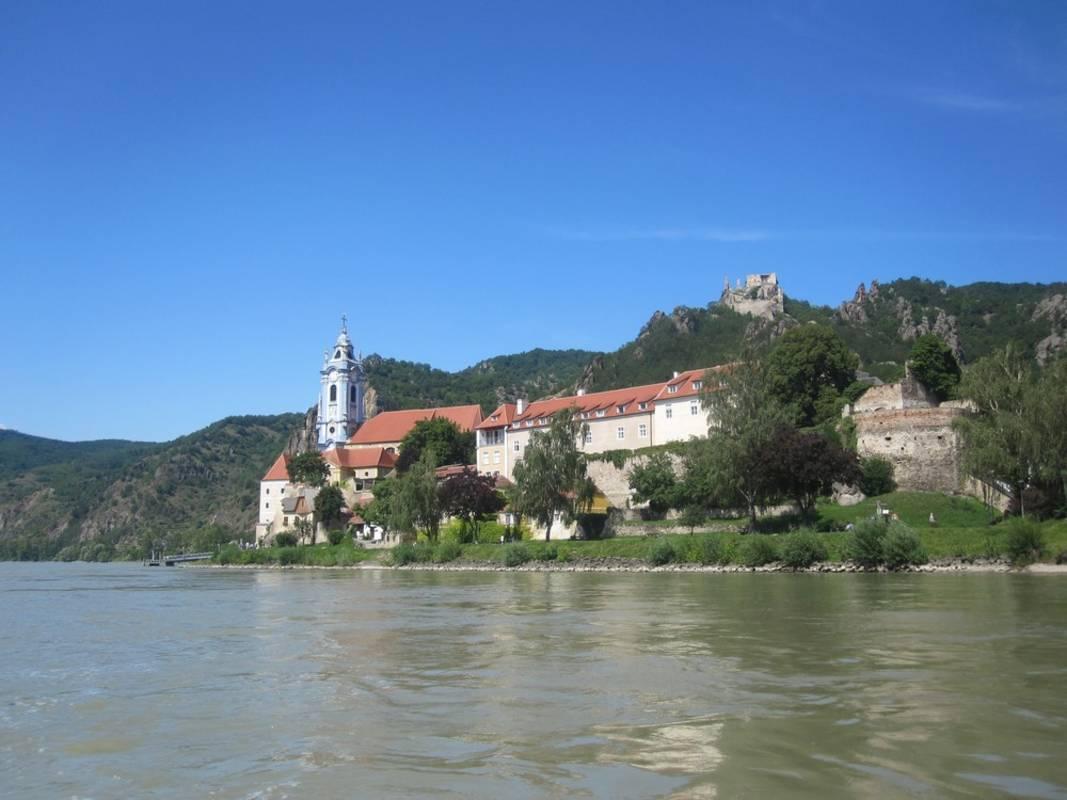 """Blick von der Donau aus auf das historische Städtchen und das """"Richard Löwenherz"""""""
