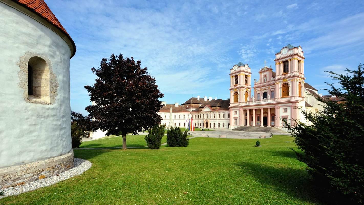 Der Stifthof vor der Stiftskirche