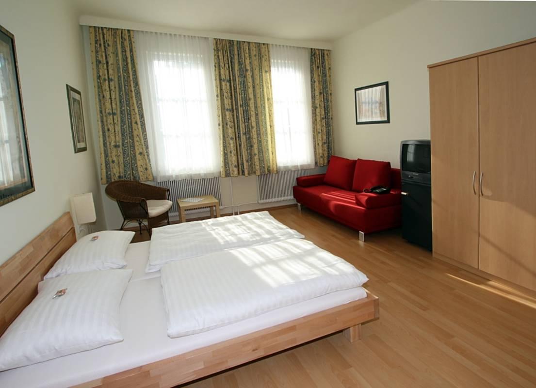 Alle Zimmer sind mit Du/WC, Sat-TV, Telefon und Minibar ausgestattet. WAN&Parken f. PKW gratis.