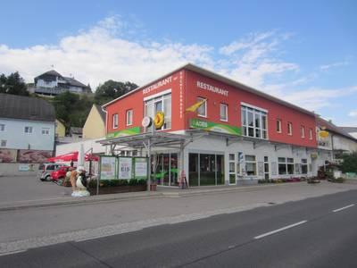 Aussenansicht Cafe und Adeg Lechner