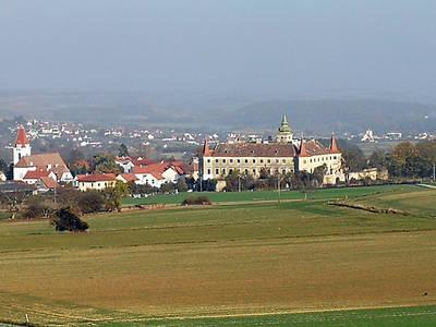 Fatima Wallfahrtskirche (links), Schloss Droß (rechts)