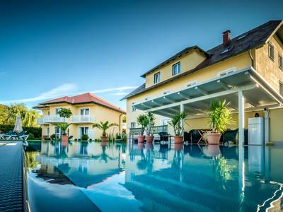 Gartenvilla mit Pool