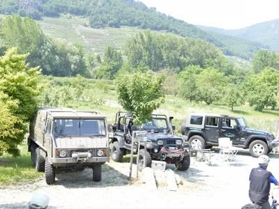 Jeeps am Ufer