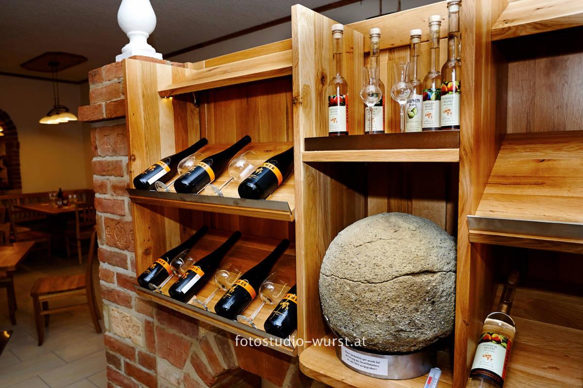 Weinflaschen platziert auf einem Regal im Lokal