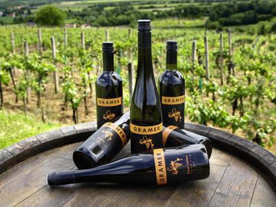 Weinflaschen platziert auf einem Weinfass
