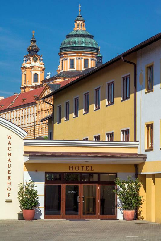hoteleingang_stift_c_wachauerhof