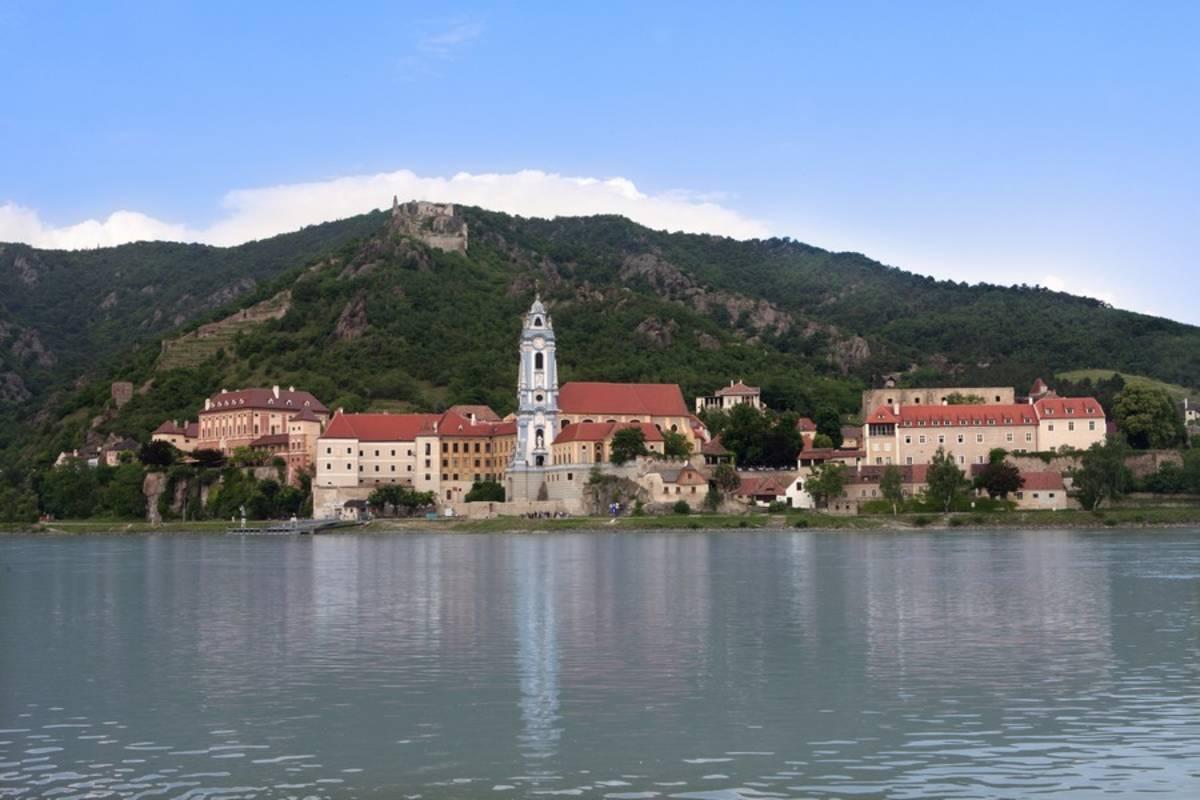 Blick vom anderen Donauufer auf Dürnstein