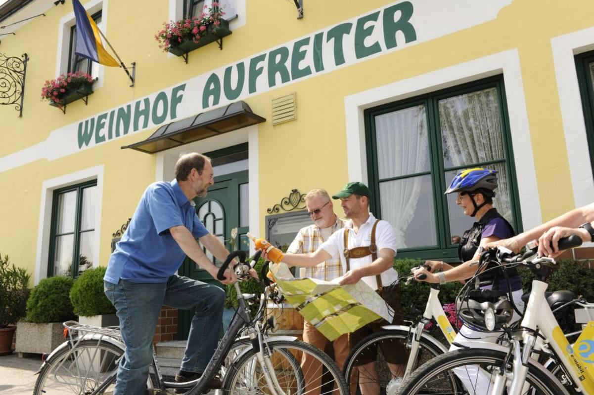 Adi zeigt Ihenn die schönsten Rad- und Wanderwege