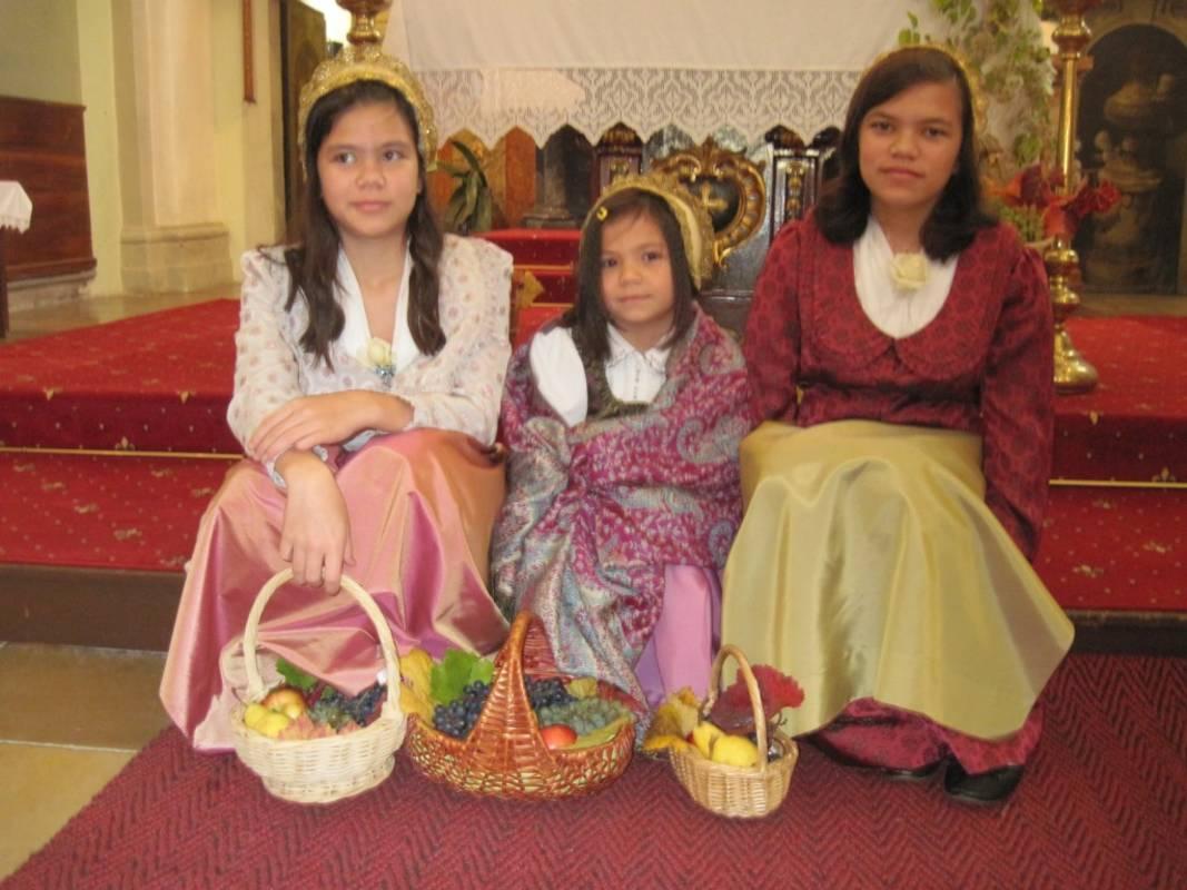 Töchter in der Wachauer Tracht