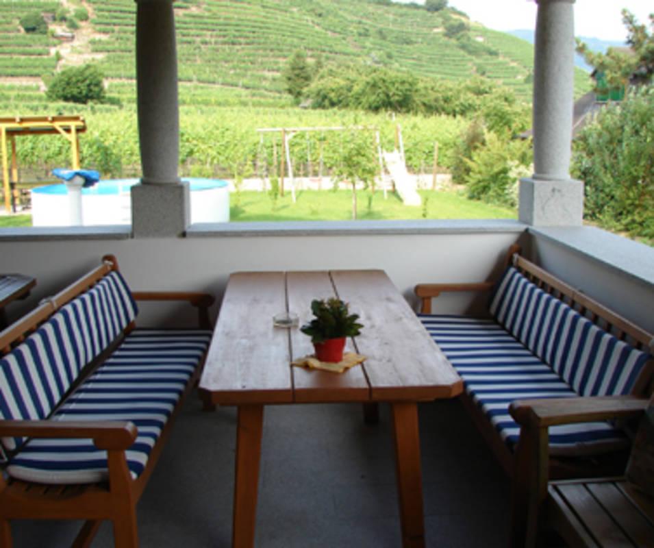 Unsere  Terrasse mit dem Blick in die Weinterrassen
