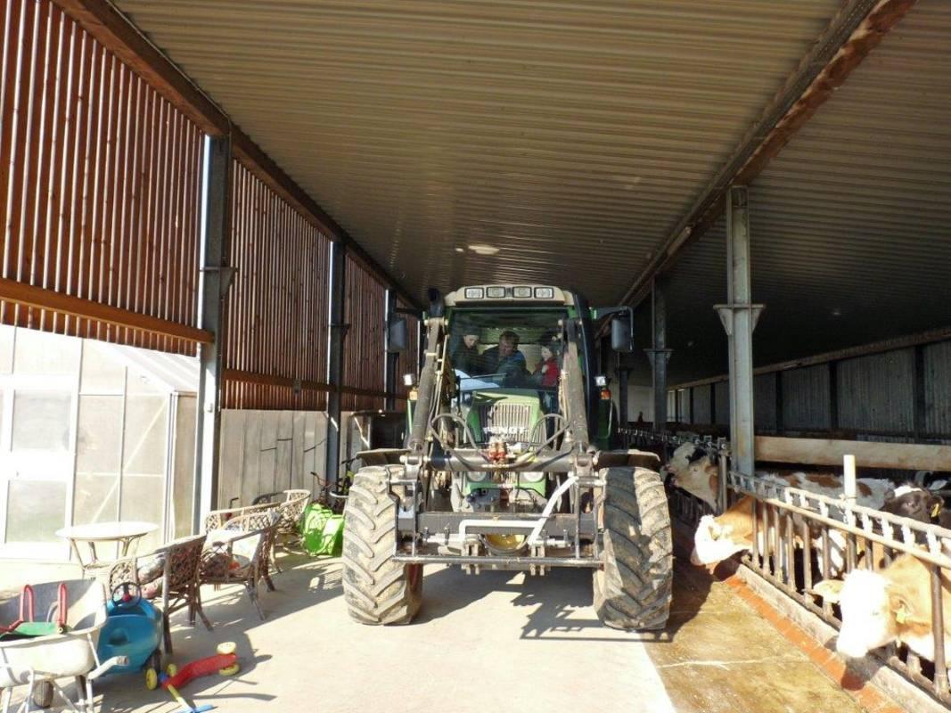 kerndlerhof_traktor_im_stall
