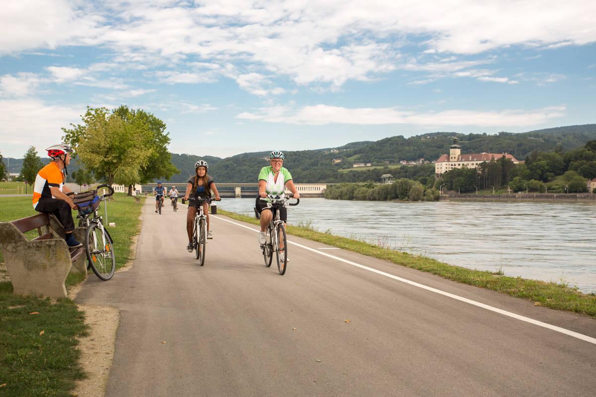 Kraftwerk-und-Schloss_Radfahrer