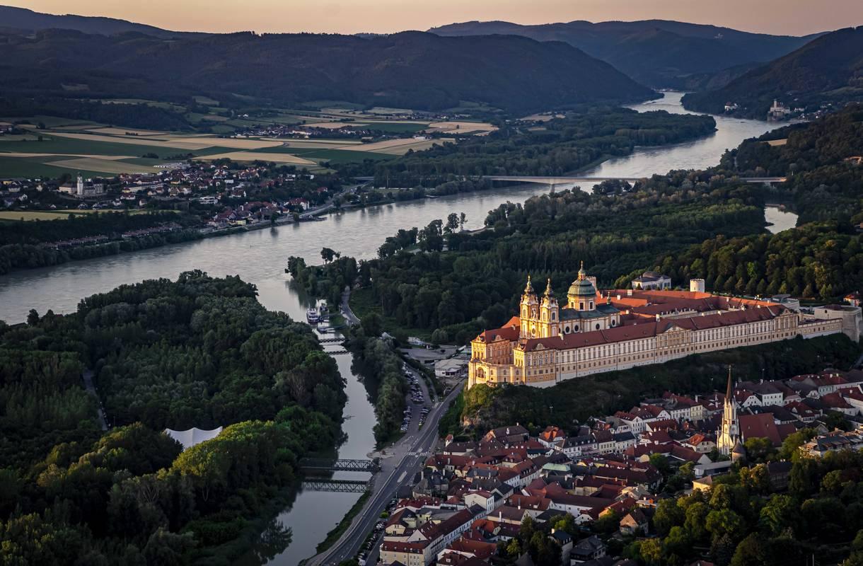 Panoramaluftbild der Stadt Melk