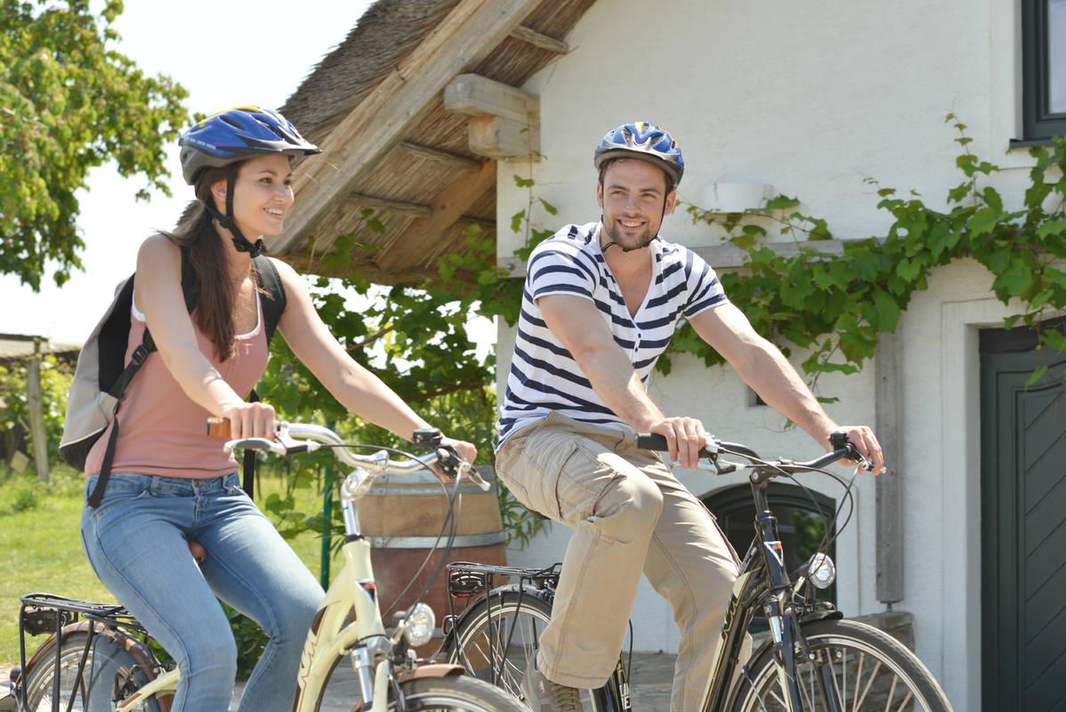 Radfahrer in der Kellergasse Höflein