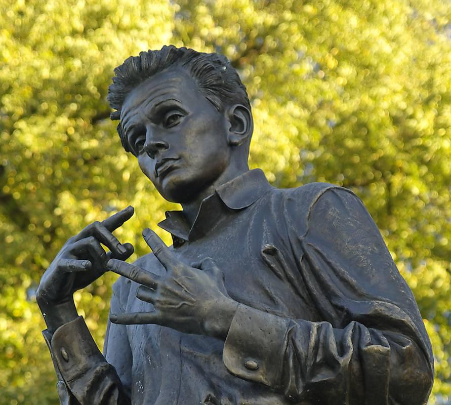 Egon Schiele Statue