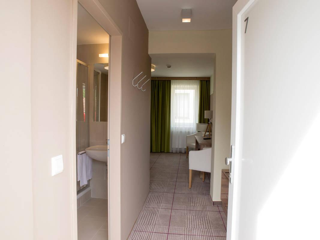 Blick vom Eingang ins Zimmer
