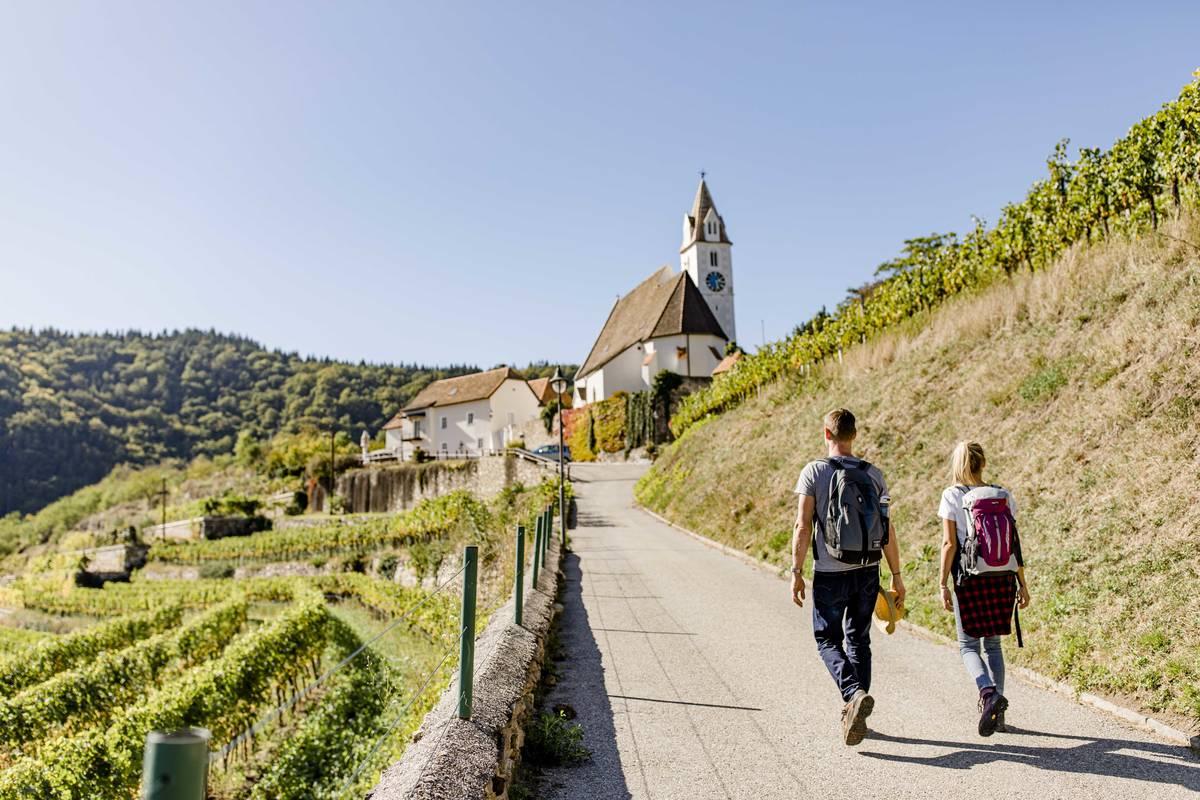 Wanderer zur Kirche
